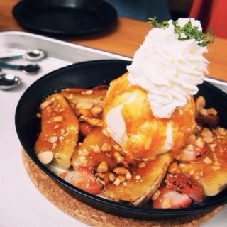 Baked Puff Pancake Banana Caramel . -  dari Vanilla Bakeshop (คลองตันเหนือ) di คลองตันเหนือ |Bangkok