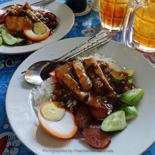 ข้าวหมูแดงหมูกรอบ roasted red pork with crispy pork - ในถนนนครไชยศรี จากร้านข้าวหมูแดงศรีย่าน (ถนนนครไชยศรี)|กรุงเทพและปริมลฑล