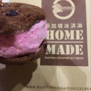 Strawberry ice cream sandwich -  dari Master Singapore Ice Cream (Mayjen Sungkono) di Mayjen Sungkono |Surabaya