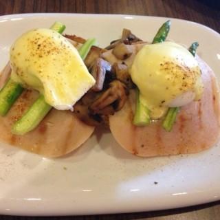 Egg Benedict with Turkey Ham - Ara Damansara's Mr. & Ms. Cafe (Ara Damansara)|Klang Valley