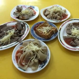 各式小菜 (豬皮、豬心、干連、嘴邊肉、豆腐、小腸) - 位於大同區的永樂米苔目 (大同區) | 台北