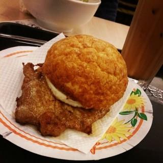 菠蘿豬扒包 -  dari Tai Lei Loi Kei (路氹城) di 路氹城 |Macau