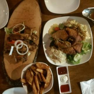 Pork knuckles and ribs!  - 位於Jurong East的Brotzeit® German Bier Bar & Restaurant (Jurong East) | 新加坡