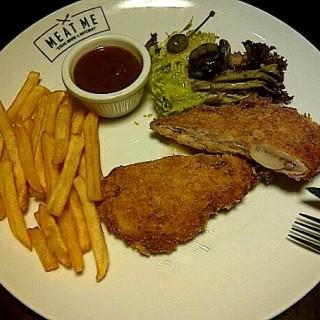Chicken Gordon Bleu - ในMatraman จากร้านMeat Me Cafe (Matraman)|Jakarta