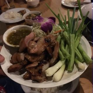 คอหมูย่าง - 位于วัดสามพระยา的In Love Bar & Restaurant (วัดสามพระยา) | 曼谷