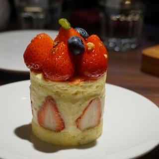 草莓芙蓮蛋糕(季節限定) -  dari Goodies Cuisine (大安區) di 大安區 |Taipei
