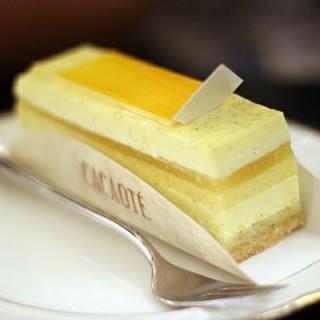 Vanilla, Lime, Pineapple Entremet - ในSenopati จากร้านCacaote Pattiserie Brasserie Bar (Senopati)|Jakarta