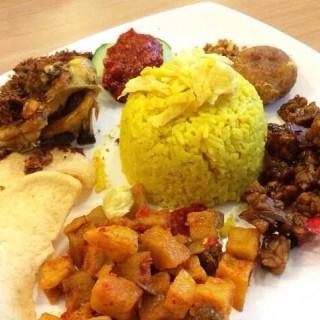 Nasi kuning sunda - ในPantai Indah Kapuk จากร้านEng's Resto (Pantai Indah Kapuk)|Jakarta