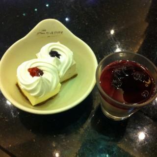 Blueberry cheesecake, Strawberry cheesecake, and blueberry mousse -  dari Yakimix (North Avenue) di North Avenue |Metro Manila