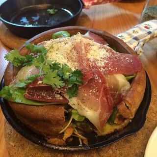Pancake salami rocket salad - 位于สามเสนใน的Panary Cafe (แพนนารี่ คาเฟ่) (สามเสนใน) | 曼谷