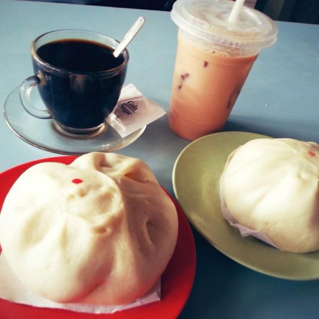 Kopi dan bakpao daging - ในKelapa Gading จากร้านKwang Koan|Coffee & Tea Shop - Jakarta