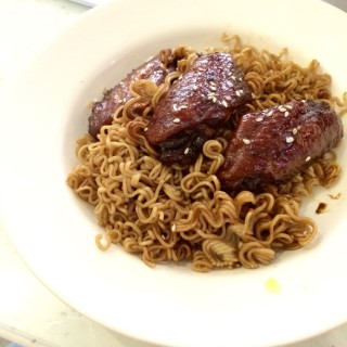 Fried noodle with sweet soy chicken wings - ใน紅磡 จากร้านHunghom Cafe (紅磡)|ฮ่องกง