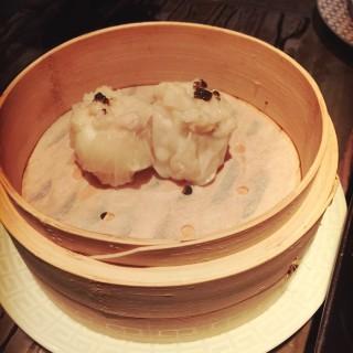 黑松露黑毛豬鵪鶉蛋燒賣 - 位於中環的卅二公館 (中環) | 香港