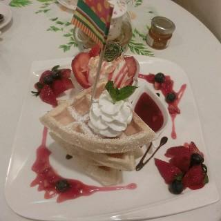 士多啤梨格仔餅 -  dari Hana Hana Cafe (新橋(三盞燈/白鴿巢)) di 新橋(三盞燈/白鴿巢) |Macau
