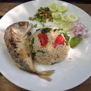 ข้าวผัดกะเพราปลาทู -  dari Little Tree Garden (อ.สามพราน) di อ.สามพราน |Bangkok