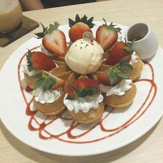 士多啤梨窩夫配雪糕 - 位於荃灣的荳子 (荃灣) | 香港