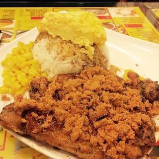 炭燒雞扒肉鬆飯配炒蛋 - 位於灣仔的龍鳳冰室 (灣仔) | 香港