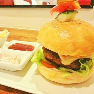 Cheese Burger -  dari Aplaya Restaurant (Bluewater Panglao) (Bohol) di Bohol  Other Provinces