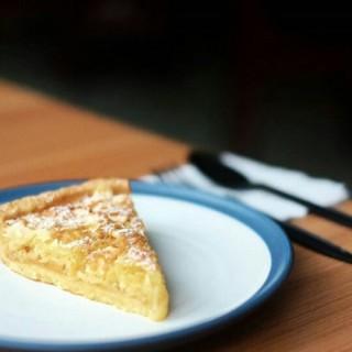 apricot almond pie - ในPuri Indah จากร้านDjournal Coffee (Puri Indah)|Jakarta