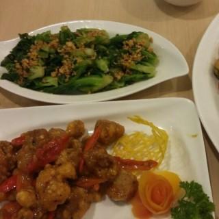 baby kailan bawang putih - ในGajah Mada จากร้านSerba Food (Gajah Mada)|Jakarta