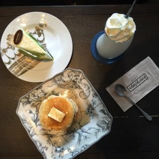 แพนเค้ก เค้กมะพร้าวอ่อน และ วนิลาเฟรบเป้ -  dari Everyday+ Cafe (คลองตันเหนือ) di คลองตันเหนือ |Bangkok