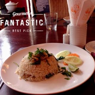 ข้าวผัดปลาสลิดกระเพรา -  dari Taling Pling (สีลม) di สีลม |Bangkok