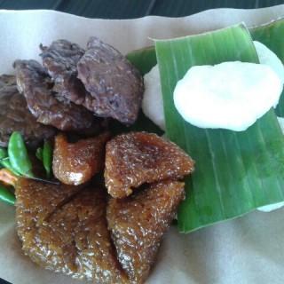 jadah tempek wajik -  dari Warung Jadah Tempe Mbah Carik (Kaliurang) di Kaliurang |Yogyakarta