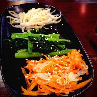 ผักผัดน้ำมันงา -   / Guru Gyuu Yakiniku (สามเสนใน) กรุงเทพและปริมลฑล
