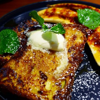Brioche French Toast with Caramelized Bananas and Maple Syrup - 位於灣仔的Cupping Room Coffee Roasters (灣仔) | 香港