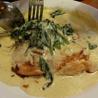 Bubba's Grilled Salmon in Creamed Spinach - ในCentral Bus. Dist. จากร้านBubba Gump Shrimp Co. (Central Bus. Dist.)|Metro Manila