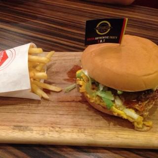 Classic BBQ Burger with Cheese and Egg - 位於Pondok Indah的Fatburger (Pondok Indah) | 雅加達