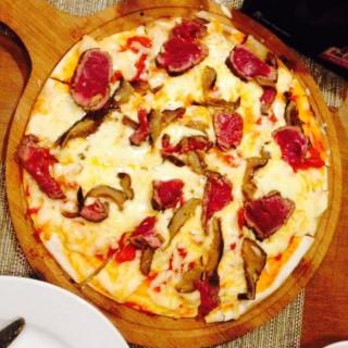 Steak and Mushroom Grilled Pizza -  dari Chef's Barrel (Alabang) di Alabang  Metro Manila