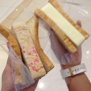 Strawberry & Vanilla Ice Cream - ในTangerang Kota จากร้านOrchard Road Ice Cream Singapore (Tangerang Kota)|Jakarta