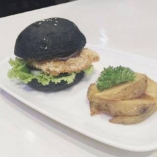 Black Burger Chicken Katsu -  dari East en West Dining and Cafe (Pantai Indah Kapuk) di Pantai Indah Kapuk |Jakarta
