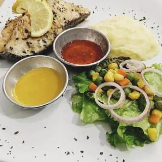 Salmon Steak - ในPantai Indah Kapuk จากร้านGas Station (Pantai Indah Kapuk) Jakarta