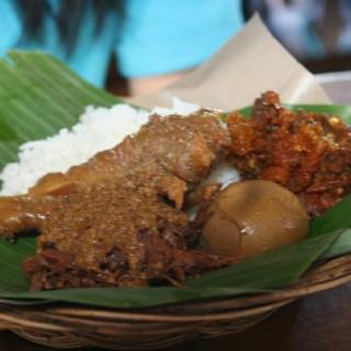 nasi gudeg ayam telor -  dari Gudeg Yu Djum (Ahmad Yani) di Ahmad Yani |Yogyakarta