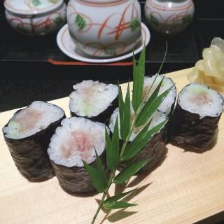 tuna sushi - ในSenayan จากร้านSenshu (Senayan) Jakarta