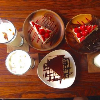 草莓酸奶派 。 提拉米蘇 。 榛果牛奶 -  dari Ino café (西區) di 西區 |Taichung