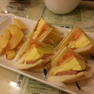 公司三文治 - ใน荃灣 จากร้านTsui Wah Restaurant (荃灣)|ฮ่องกง
