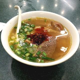五香牛雜幼麵+秘製辣椒油 - 位於銅鑼灣的潮興魚蛋粉 (銅鑼灣) | 香港