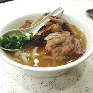 原汁牛腩河+秘製辣椒油 - 位於銅鑼灣的潮興魚蛋粉 (銅鑼灣) | 香港