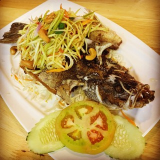 Deep-Fried Seabass with Mango Salad -  dari MBK Thai Food (Tampines) di Tampines |Singapura