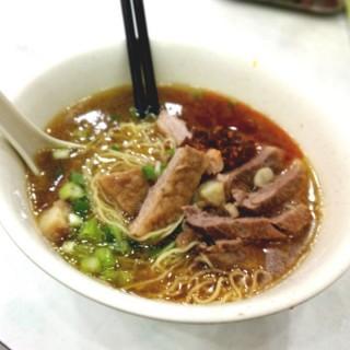 原味牛腩幼麵+辣椒油 - 位於銅鑼灣的潮興魚蛋粉 (銅鑼灣) | 香港