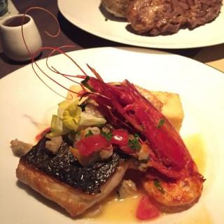 香煎意大利鱸魚,紅蝦,薯仔粉配傳統海鮮汁 - 位於尖沙咀的Aqua (尖沙咀) | 香港