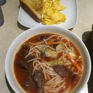 鮮茄牛肉濃湯米線 - 位於土瓜灣的英皇冰室 (土瓜灣) | 香港