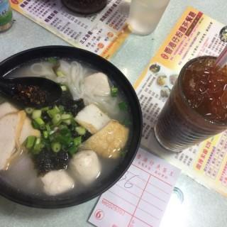 紫菜魚蛋河,凍檸茶少少甜多冰 - 位於沙田的鴻發香港仔粉麵茶餐廳 (沙田) | 香港