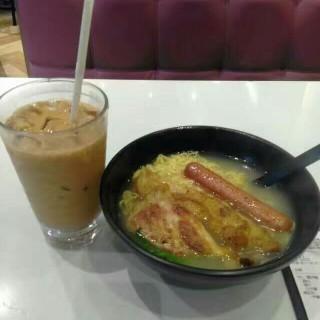 香煎腸仔雞扒麵+凍奶茶早餐 - 位於深水埗的大師傅 (深水埗) | 香港