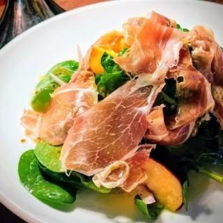 西班牙黑毛豬火腿蜜桃BB菠菜沙律配芥茉籽蜜糖油醋汁 - 位于尖沙咀的彌敦左岸 (尖沙咀) | 香港