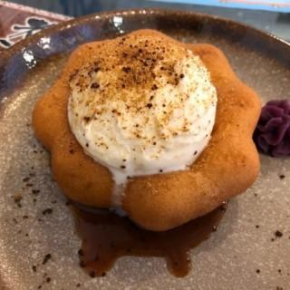黑糖冬甩 - ใน新蒲崗 จากร้านAntoshimo Cafe & Bakery (新蒲崗) ฮ่องกง