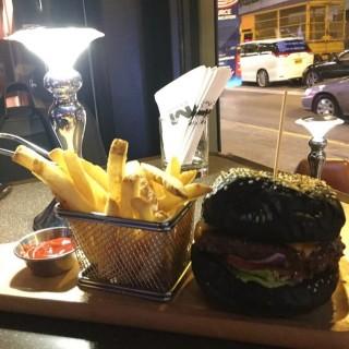 美國安格斯牛肉芝士漢堡配薯條 - 位於銅鑼灣的Ember (銅鑼灣) | 香港